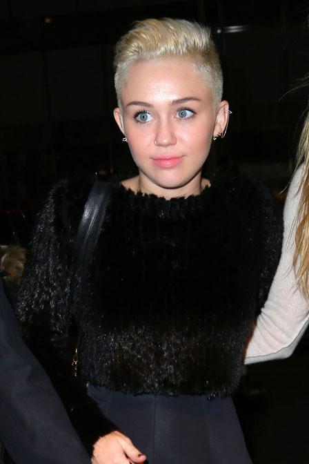 Miley je ještě více ostříhaná... :)