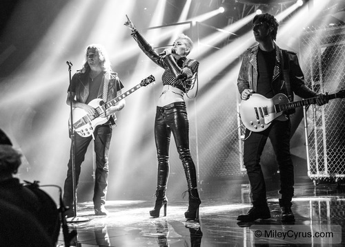 Miley Performing at VH1 DIVAS!!