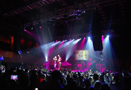 Feel během koncertu v Roseland Ballroom v New Yorku v únoru 2009.