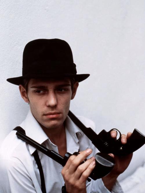 Paul má v oblibě zbraně, několik jich vlastní.