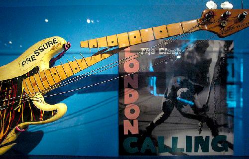 Baskytara, kterou Paul ničí na obalu desky London Calling.