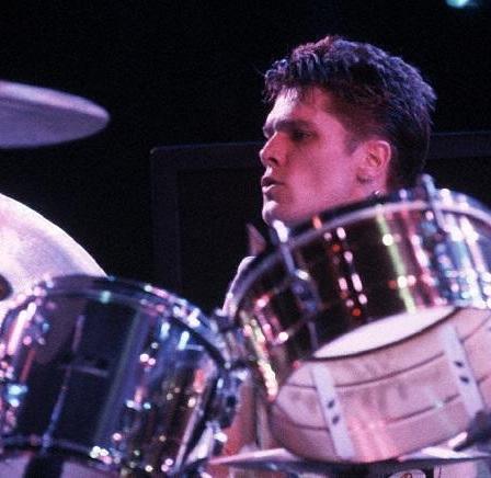 Pete Howard, poslední bubeník Clash. Do kapely naskočil po druhém odchodu Terryho Chimese. Odehrál například koncert na US Festivalu 1983.